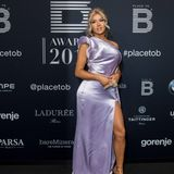 YouTube-Star Shirin David verzaubert in einem Satin-Kleid in der Farbe Flieder. Der a-symmetrische Ausschnitt und ein tiefer Beinschlitz zaubern Shirin eine wunderbare Silhouette.