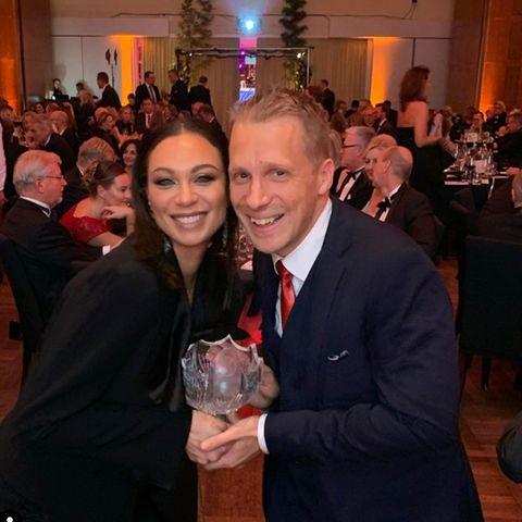Lilly Becker und Oliver Pocher mit dem Ex-Pokal von Boris Becker