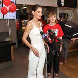 """Huch, hast du vielleicht etwas vergessen, Katie? Zur Feier des """"McHappy""""-Tags in Sydney, erscheint die Schauspielerin in einem simplen, weißen Top aus Rippenjersey und einer ebenfalls weißer locker-sitzenden Jogginghose. Weiße Sneaker komplettieren ihren All-White-Look und werfen die Frage auf, ob Katie vielleicht ihr eigentliches Outfit für den Tag Zuhause vergessen hat."""