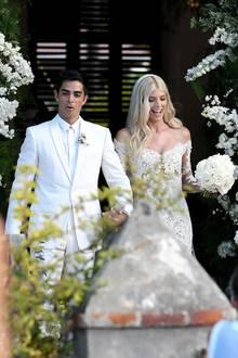 """Was für eine tolle Moment-Aufnahme: """"Victoria's Secret""""-Model Devon Windsor heiratet ihren Freund Johnny """"Dex"""" Barbar auf der Karibikinsel St. Barth in einem Traum aus weißer Spitze. Die Haare der 25-Jährigen sind leicht gewellt und am Hinterkopf ist ein langer Schleier platziert ..."""