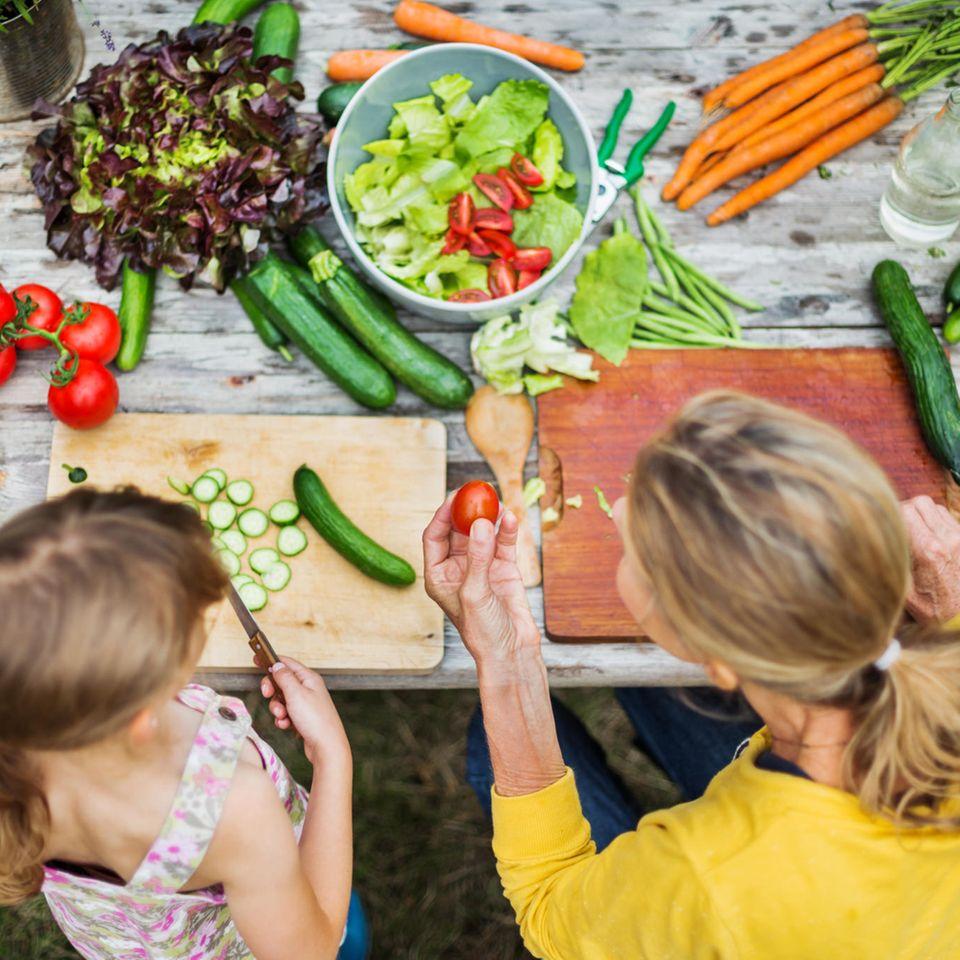 Gemeinsam kochen kann für Eltern und Kinder zum großen Vergnügen werden.