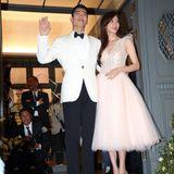 Zum Dinnergab es dann ein weiteres Outfit: Hier trägt die Braut ein Midikleid in Rosé-Tönen, das Oberteil funkelt, der Tüllrock ist leicht ausgestellt. Dazu kombiniert Lin Chi-ling glitzernde Pumps.