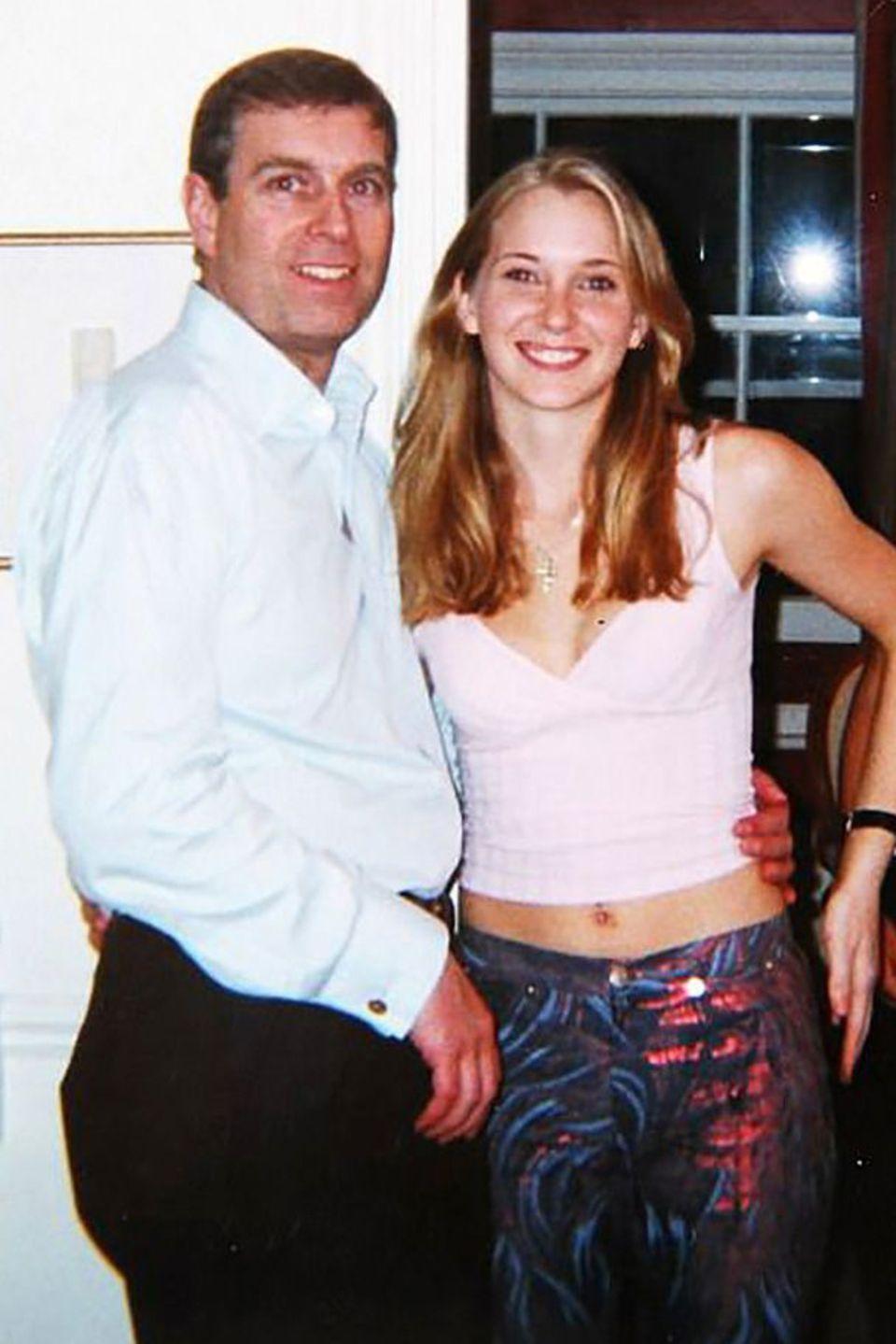 Dieses Foto zeigt Prinz Andrew mit Virginia Roberts. Es soll am 13. März 2001 in einem Haus in London entstanden sein.