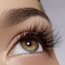 Auge mit sehr langen und dichten Wimpern