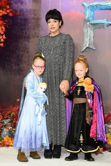 """17. November 2019  Zur Premiere des Disney-Films""""Frozen 2"""" in London erscheint Lily Allen mit ihren beiden Töchtern Ethel und Marnie, die sich passend als Elsa und Anna aus """"Die Eiskönigin"""" verkleidet haben. Bei diesem Auftritt handelt es sich um einen ganz besonderen Moment, denn die Sängerin präsentiert sich erstmals mit ihren kleinen Prinzessinnen in der Öffentlichkeit."""