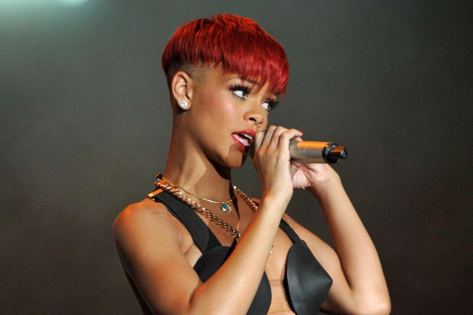 Rihanna trägt den Bow Undercut