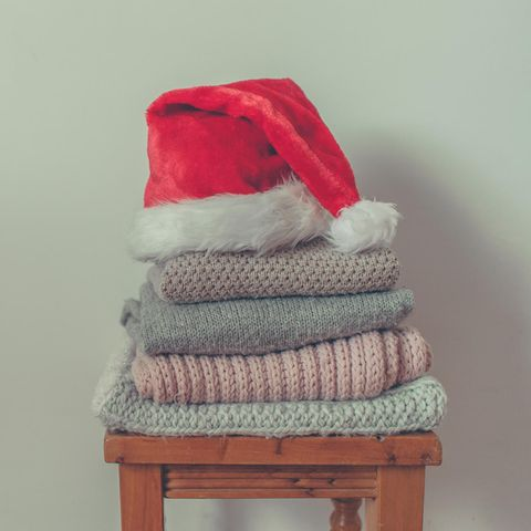 Ein Weihnachtsbaum aus dreckiger Wäsche: sonderbar oder kreativ?