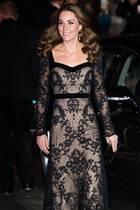 """Bei der diesjährigen""""Royal Variety Performance"""" in London, zeigt sich Herzogin Catherinein einer eleganten, bodenlangen Robe von Designer Alexander McQueen."""