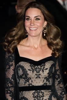 Das zeitlose Kleid mit Spitzenbesatz kombiniert Herzogin Catherine mit Reifenohrrigen von Erdem.