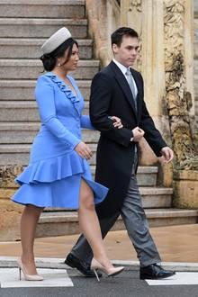 Marie Chevallier ist erst seit dem Sommer Teil der Fürstenfamilie. Modisch scheint sie jedoch richtiger Profi zu sein: Ihr elegantes Kostüm mit Volants und runden Knöpfen besticht durch sein knalliges Blau und den asymmetrischen Schnitt. Dazu kombiniert sie einen weißen Hut und edle Ohrringe. Das dunkle Haar hat sie zu einemeleganten Chignon hochgesteckt.