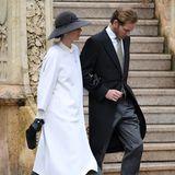Auch Tatiana Santo Domingo und Ehemann Andrea Casiraghi zeigen sich auf dem Weg in die Kathedrale. Tatiana setzt auf ein graues Kleid über das sie einen weißen langen Cape-Mantel geworfen hat. Schwarze Accessoires - Hut, Clutch und Handschuhe - machen den eleganten Look perfekt.