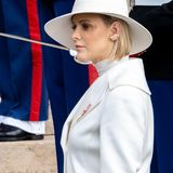 Den wahren Hingucker trägt die Fürstin jedoch am Ohr: Ein goldener Cuff, der das gesamte Ohrläppchen umfasst und neben dem eleganten Look funkeln kann. Schade, dass der Hut diesen fast versteckt!