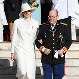 Fürstin Charlène zeigt sich am Nationalfeiertag von Monaco komplett in Weiß. Ihr stylisches Ensemble besteht aus einem schicken langen Mantel, einem hellen Rollkragenpullover, einem weißen Hut mit breiter Krempe und ausgestellter Marlenehose. Selbst die Pumps und die Handschuhe, die sie später anzieht, sind Weiß.