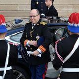 La Fête du Prince 2019: Fürst Albert von Monaco kommt in einer dunkelblauen Limousine vor der Kathedrale an.