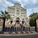 Die Kathedrale von Monaco ist für den besonderen Tag festlich hergerichtet, die Wachen patrouillieren vor dem prunkvollen Gebäude.