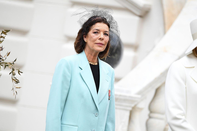 La Fête du Prince 2019: Caroline von Hannover entschied sich hingegen für ein mintfarbenes Ensemble, dazu kombiniert die Prinzessin einen dramatischen Fascinator mit Netzteil vor dem Gesicht.