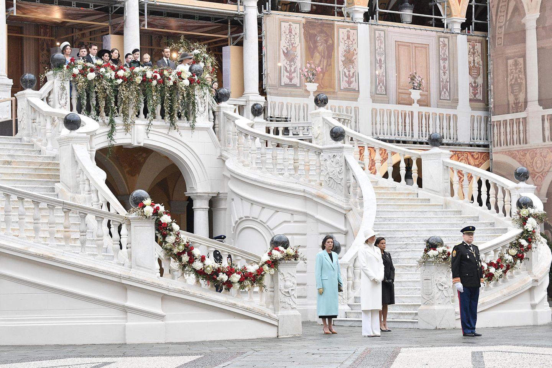 La Fête du Prince 2019: Die Geschwister Fürst Albert mit seiner Frau Charlène, Stéphanie von Monaco und Caroline von Hannover reihen sich vor der Kathedrale auf. Auf dem Balkon stehen deren Kinder, teilweise auch mit Ehepartnern.