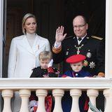 La Fête du Prince 2019: Beim Gruß vom Balkon sind nun auch Charlène und Alberts Kinder, die Zwillinge Jacques und Gabriella, mit dabei. Sonderlich begeistert sieht zumindest der kleine Thronfolger nicht aus.