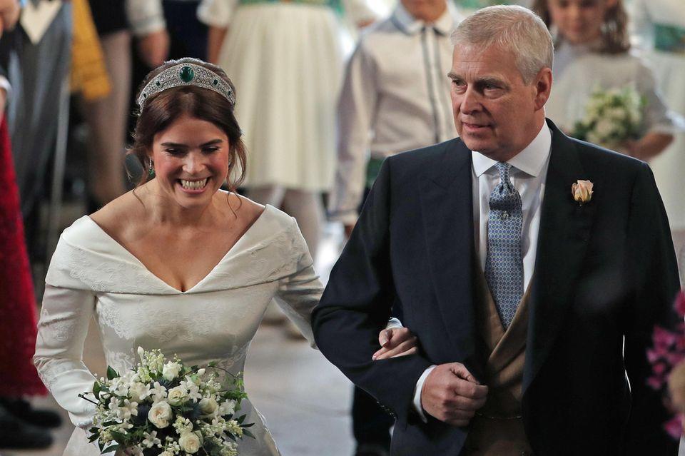 Stolzer Brautvater: Im Oktober 2018 führte Prinz Andrew Prinzessin Eugenie in Windsor zu ihrem Jack Brooksbank. Am Tag der Hochzeit warder Prinz seiner Tochter eine große Hilfe und hielt nicht nur ihre Hand, sondern richtete auch immer wieder ihre Schleppe.