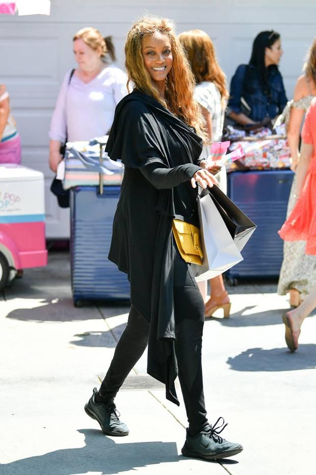 Tyra Bank ist und bleibt eine schöne Frau. Hier ganz natürlich mitMessy-Hair-Look, Jogginghose und Kapuzenjacke strahlt sie mit der Sonne um die Wette.