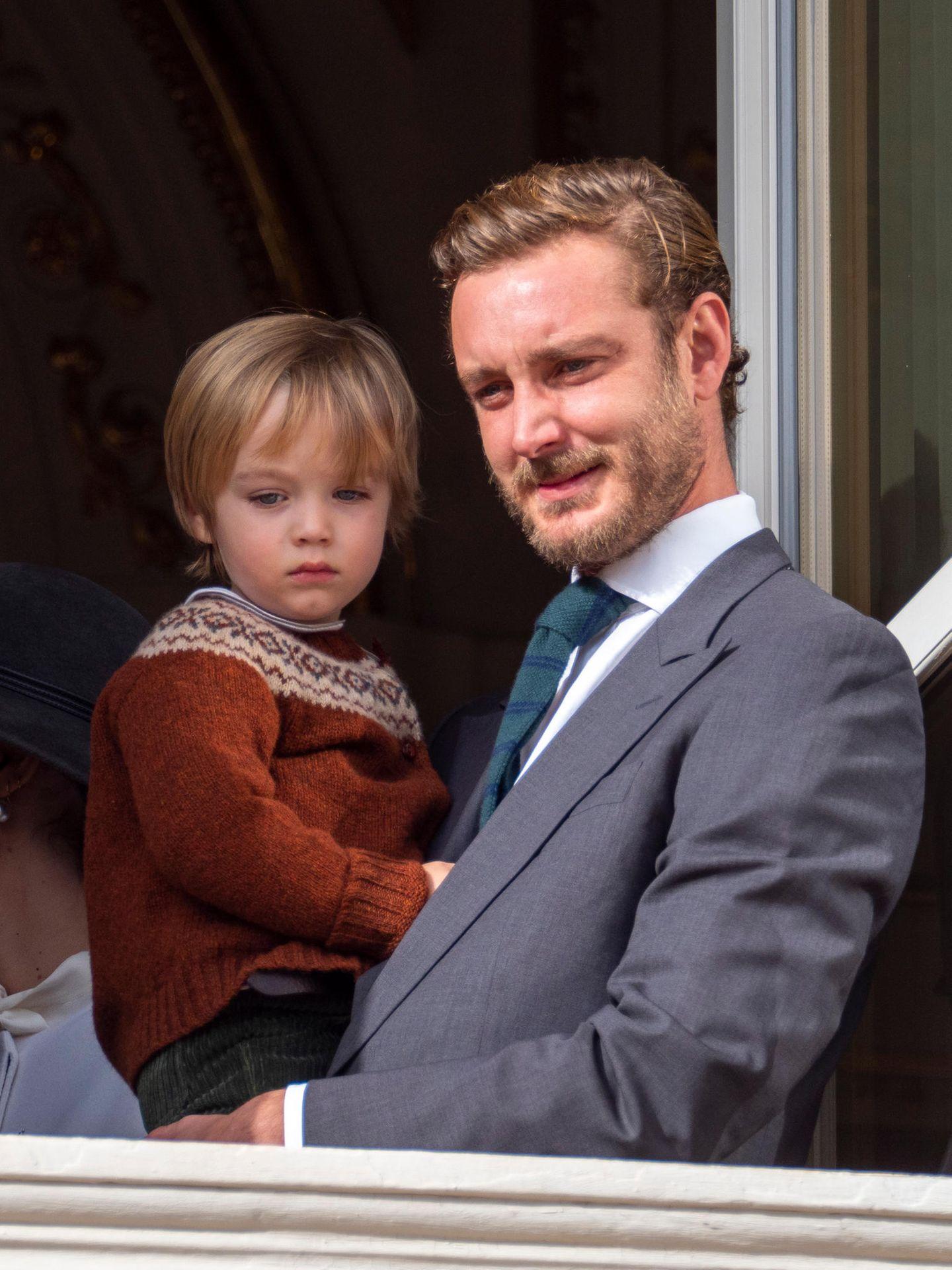 La Fête du Prince 2019: So ganz geheuer scheinen die vielen wartenden Fans dem kleinen Francesco Casiraghi nicht zu sein. Da klammert er sich lieber ganz eng an Papa Pierre.