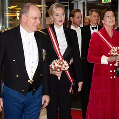 Zur Gala, die in der Oper von Monaco stattfindet, erscheint Fürst Albert gemeinsam mit Ehefrau Fürstin Charlène und seiner Schwester Prinzessin Caroline. Während die Prinzessin einweinrotesMantelkleid trägt, hat sich die Fürstin für einen erfrischend modernen Look entschieden.