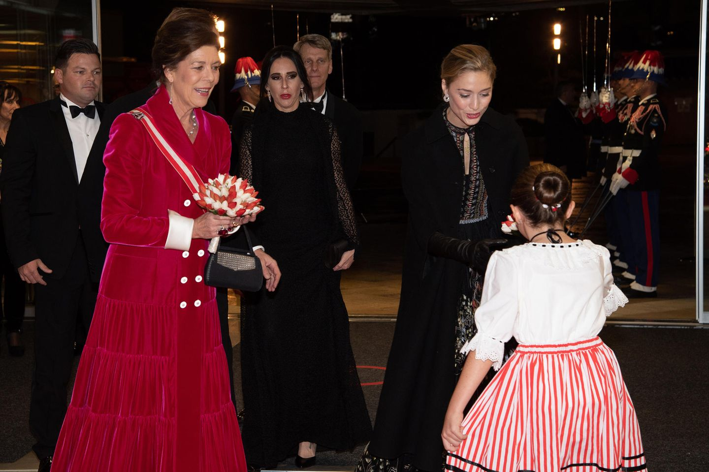 Prinzessin Caroline zeigt sich gutgelaunt mit ihrer Schwiegertochter Beatrice Borromeo, die elegantes Schwarz trägt und Blumen überreicht bekommt.
