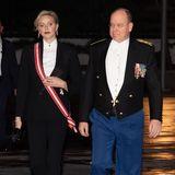Schwarze spitze Pumps, extravagante Ohrringe und rot geschminkte Lippen runden den Look der Fürstin ab - da staunt auch ihr Ehemann Fürst Albert nicht schlecht.