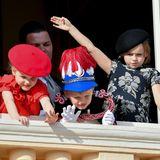 Was Gabriella und Jacques können, kann Kaia-Rose auch ganz prima: Die Cousine der monegassischen Zwillinge winkt eifrig vom Balkon herunter und hat sich hierfür extra herausgeputzt. Sieträgt ein Blumenkleid mit großen Prints und einen schicken Hut.