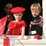 In strahlendem Rot ist Gabriella von Monaco der Hingucker bei den Feierlichkeiten zum Nationalfestin Monaco. Sie begeistert mit einem Kleid mit süßen Volants und einer schicken Baskenmütze. Zwillingsbruder Jacques zeigt sich in seiner Mini-Uniform von seiner schönsten Seite und winkt schon wie ein Großer vom Balkon.