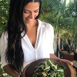 Camila Alves hat das Intervallfasten für sich entdeckt. Auf Instagram verrät das Model, dass sie versucht vor 20Uhr zu Abend zu essen und die nächste Mahlzeit erst wieder gegen Mittag isst. Zum Beispiel kommt dann dieser leckere Spinatsalat mit warmer Vinaigrette auf den Tisch.