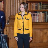 Bei einer Konferenz zu künstlicher Intelligenz zeigtsich Prinzessin Sofia von Schweden fast schon bieder: Zur kastigen gelben Jacke trägt sie eine gerade geschnittene schwarze Hose und schlichte schwarze Stiefeletten.