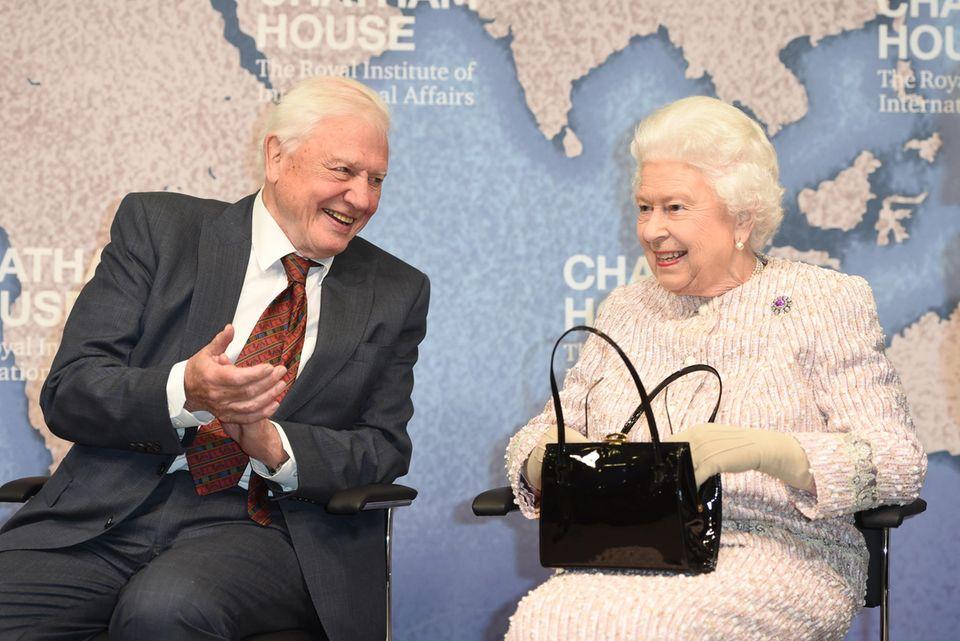 Sir David Attenborough + Queen Elizabeth: Die Königin lässt sich nichts anmerken