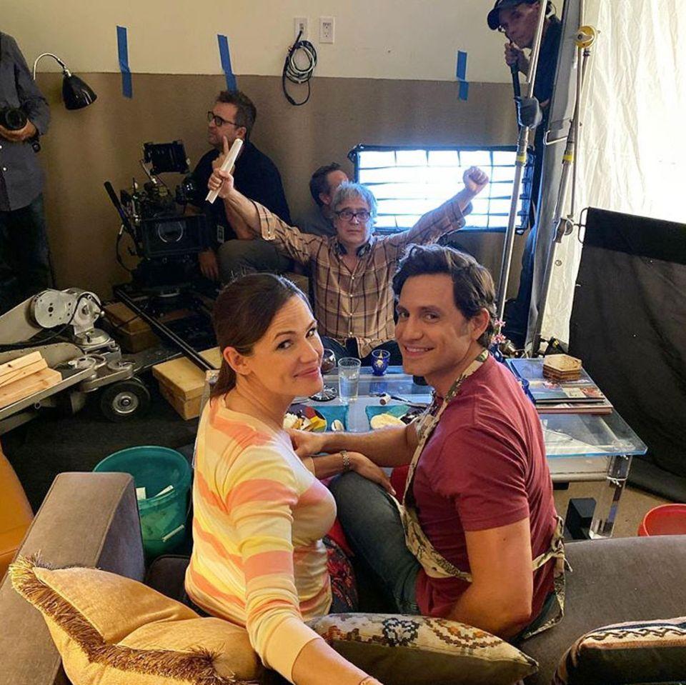 """Jennifer Garner teilt auf Instagram ein Bid von den Dreharbeiten zu ihremneuen Netflix-Projekt """"Yes Day"""" an der Seite vonSchauspielkollege Édgar Ramírez. Bei der Komödie geht es um einen Tag, bei denen alle Wünsche der Kinder mit """"Ja"""" beantwortet werden. Das klingt unterhaltsam."""