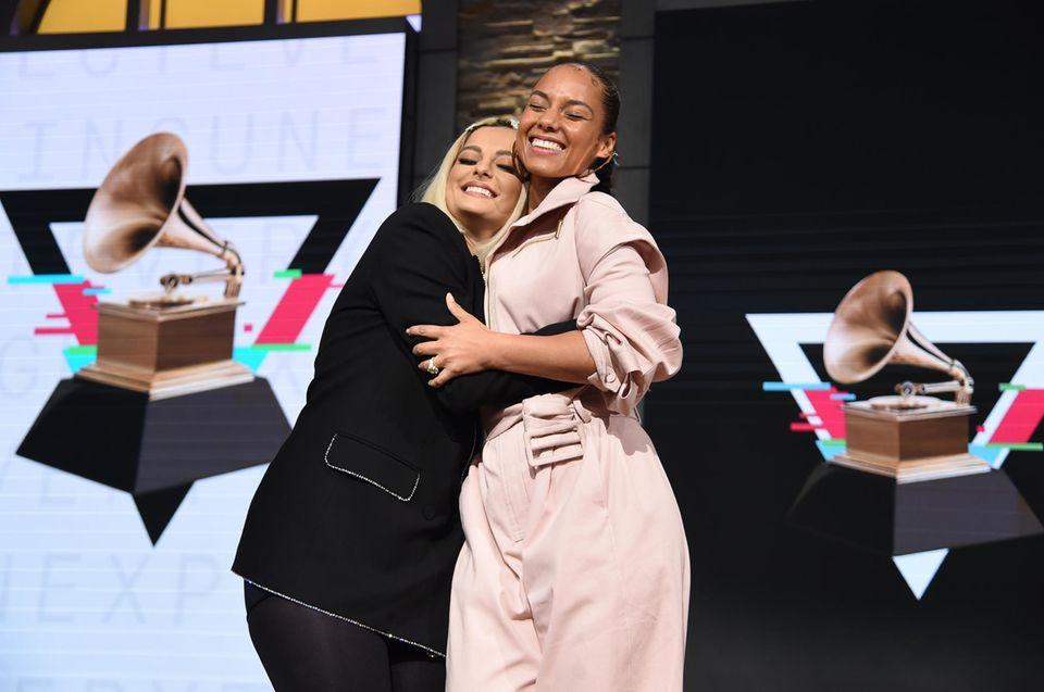 """20. November 2019  Die 62. Grammy Awardsstehen vor der Tür. Sängerinnen Bebe Rexha and Alicia Keys verkünden dafürim""""CBS Broadcast Center"""" gut gelaunt die Nominierungen."""