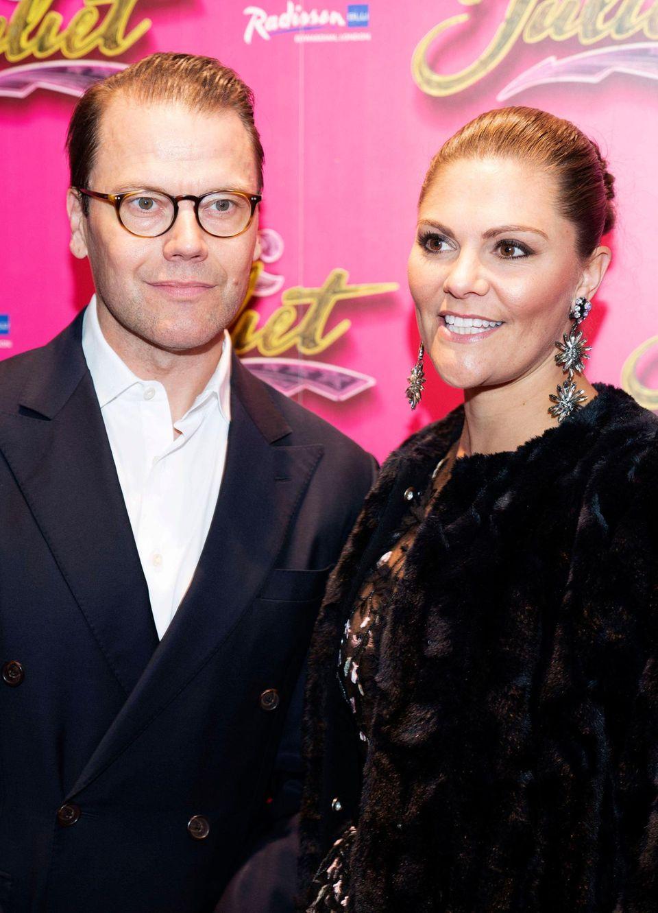 """20. November 2019  Star-Appeal trifft auf royalen Glamour: Prinz Daniel und Prinzessin Victoria mischen sichbei der """"& Juliet"""" Premiere im Shaftesbury Theatre in London unter die prominenten Gäste."""
