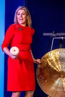 """20. November 2019  Königin Máxima ist Ehrenpräsidentin von """"Meer Muziek in de Klas"""" (""""Mehr Musik im Klassenzimmer""""). Bei der Unterzeichnung des Kooperationsabkommens für Musikausbildung in der Hochschule De Kempel in Helmond, Niederlande, schlägt sie dafür ordentlich den Gong."""