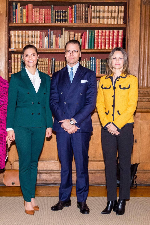 """20. November 2019  Bei einer Konferenz über die Anwendung von AI (""""Artificial Intelligence"""") bei der Sicherheit für Kindern im Internet präsentieren sich Prinzessin Victoria, Prinz Daniel undPrinzessin Sofia farbenfroh im königlichen Palast in Stockholm."""