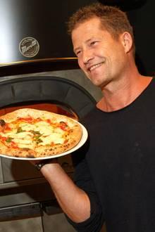 """Til Schweiger eröffnet in Hamburg seinzweites Restaurant""""Henry likes Pizza""""und lässt es sich natürlich nicht nehmen, selbst am Pizzaofen zu stehen."""