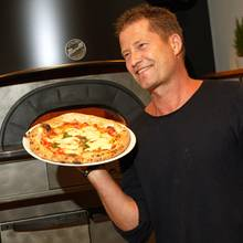 """Til Schweiger eröffnet in Hamburg seinzweiten Restaurant""""Henry likes Pizza""""und lässt es sich natürlich nicht nehmen, selbst am Pizzaofen zu stehen."""