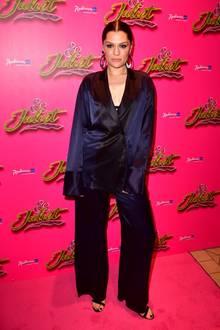 Auf dunkle Töne setzt ebenfalls Jessie J: Sie trägt ein Seiden-Ensemble, Haare und Make-Up dazu streng.