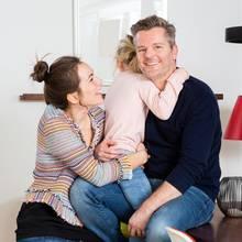 Shari und André Dietz mit ihrer Tochter Mari, die mit demAngelman-Syndrom geboren wurde.