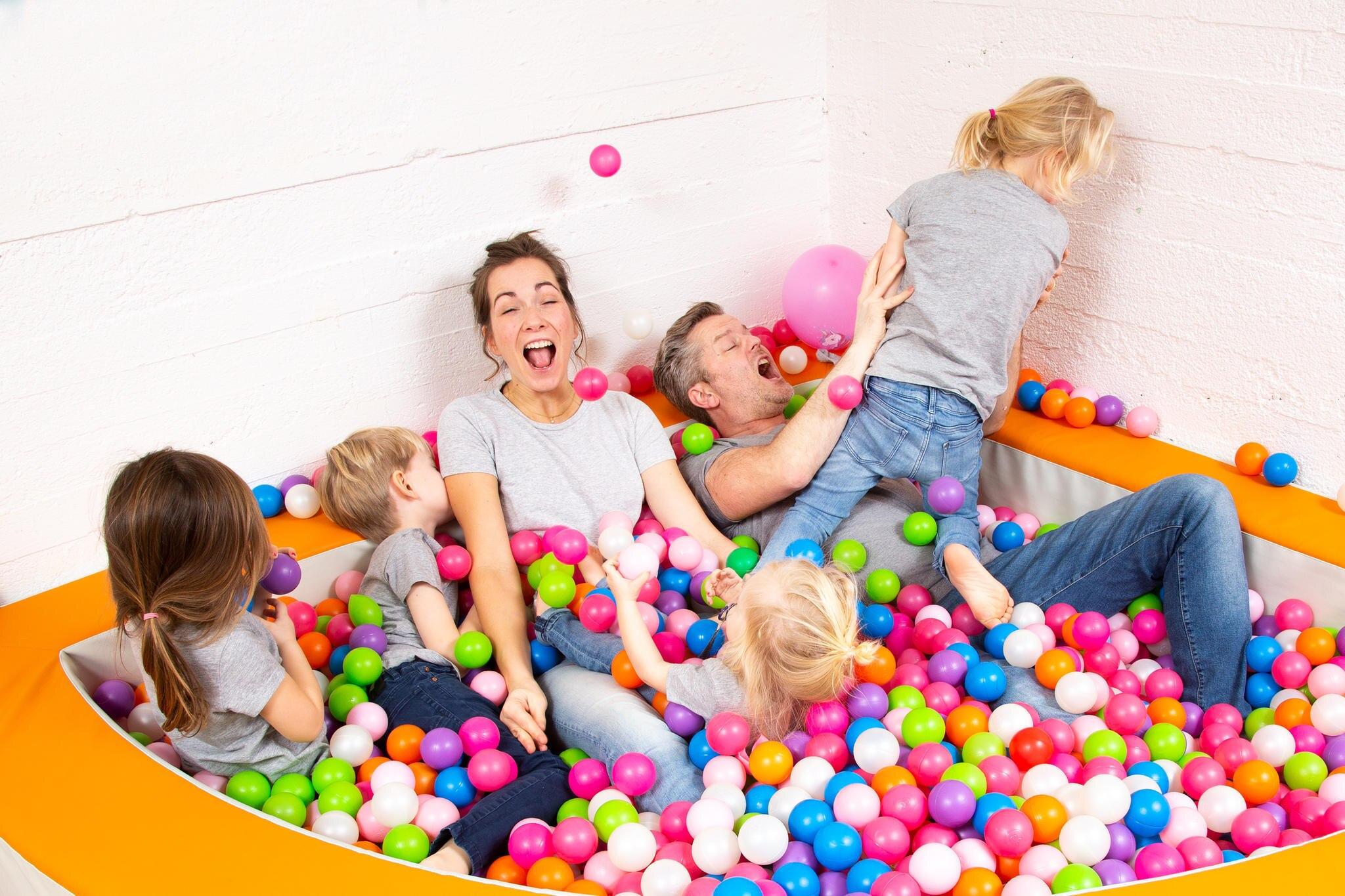 Shari und André Dietz mit ihren vier Kindern