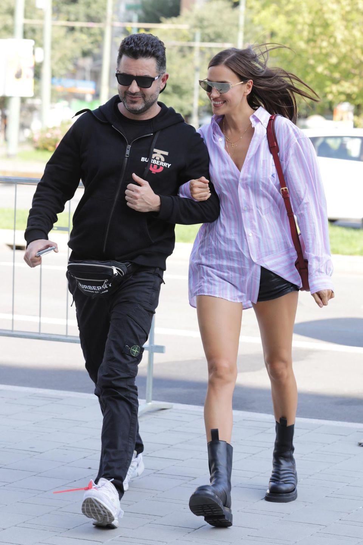 Irina Shayk zeigt sich auf der Mailänder Fashionweek in einemlegeren, aber auch sexy Outfit: Zur Shorts kombiniert sie eine Oversize-Bluse und derbe Schnürstiefel.
