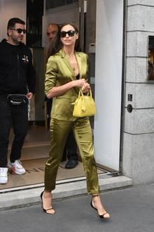 Auch bei diesemOutfit während der Fashionweek in Mailand geizt die Mutter einer Tochter nicht mit ihren Reizen: Unter dem Satin-Zweiteiler trägt Irinalediglich einen schwarzen BH.