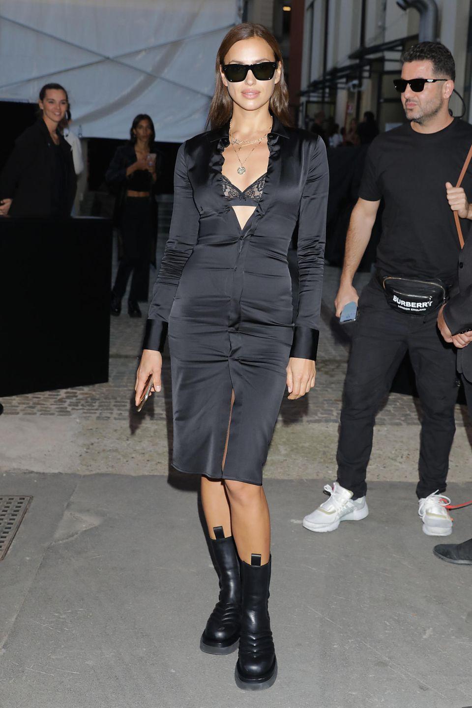 Nicht viele Stars können es so gut tragen, wie Irina Shayk: Mit ihrem schwarzen, eng anliegendenSatin-Blusenkleid ist Irina während der Showen in Mailand Blickfang der Fotografen.