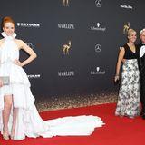 Barbara Meier strahlt in einem nachhaltigen Kleid von Armargentum, das mit 50.000 Swarovski-Kristallen besetzt ist.