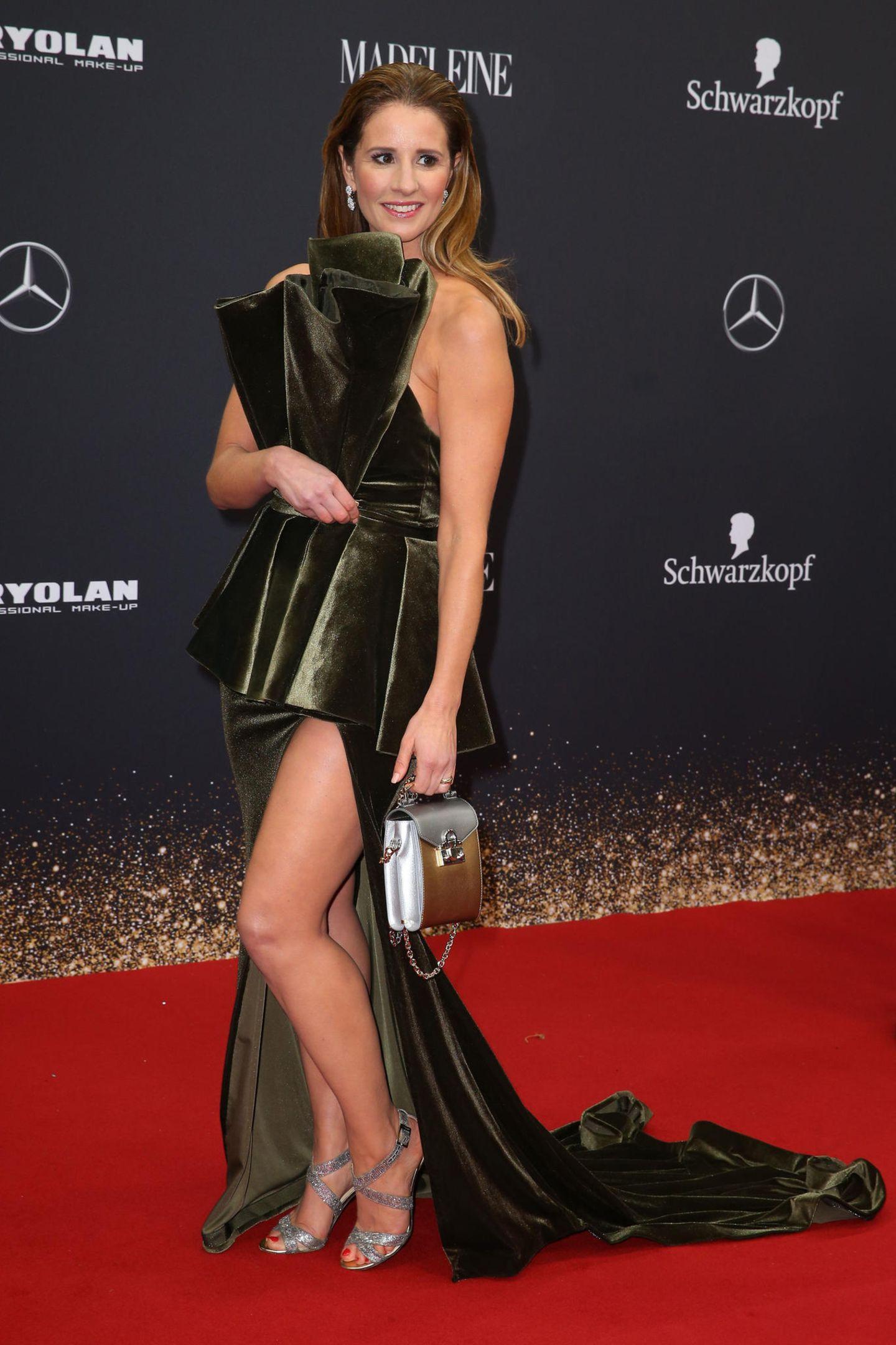 Mareile Höppner zeigt viel Bein in einem moosgrünen Traumkleid.