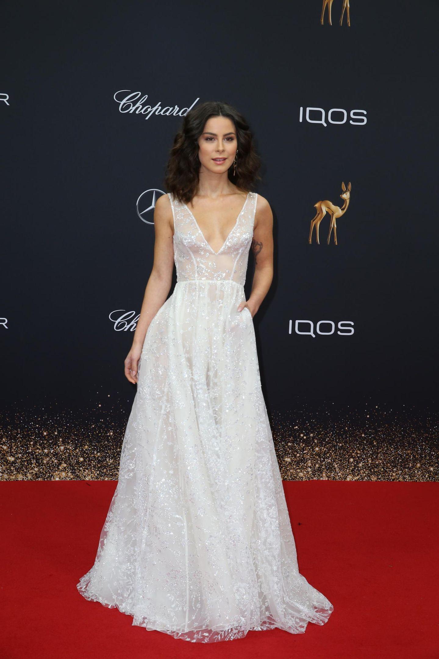 Lena Mayer-Landrut strahlt in einem weißen Prinzessinnen-Kleid.