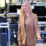Mit einem herzlichen Lächeln im Gesicht trägt die hübsche Blondine doch immer noch das schönste Accessoire. Der Camel-Ton steht der 38-Jährigen ausgezeichnet gut.